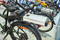 Batterie lithium-ion sur le transporteur de bagage de vélo photo libre de droits