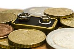 Batterie mit Geld herum lizenzfreie stockfotografie