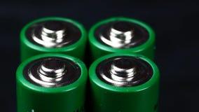 Batterie nella fine di estremo sul metraggio delle azione di UHD Una collezione di batterie AA nella vera fine di macro su con un video d archivio