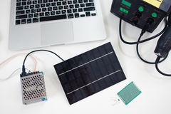 Batterie solaire reliée à l'émetteur Image stock