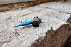 Batterie und Schraubenzieher stockfotografie