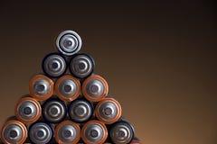 Batterien auf dunklem Hintergrund Stockfoto