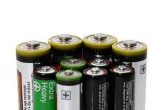 Batterien auf weißem Hintergrundenergiekonzept Stockfotos