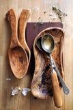 Batteries de cuisine en bois olives Photo libre de droits