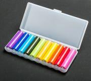 Batteries de différentes couleurs dans une boîte Image stock