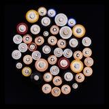 Batteries domestiques aa et D.C.A. sur le noir Photos stock