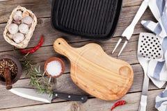 Batteries et épices de cuisine sur la table en bois Images stock