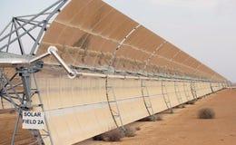 Batteries solaires dans le désert Image stock