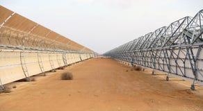 Batteries solaires dans le désert Images libres de droits