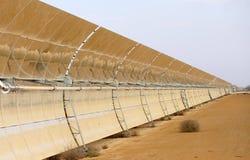 Batteries solaires dans le désert Photos stock