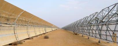 Batteries solaires dans le désert Photo stock