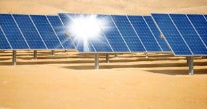 Batteries solaires dans le désert Photographie stock