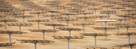 Batteries solaires de paysage industriel dans le désert Images libres de droits