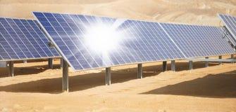 Batteries solaires de paysage industriel dans le désert Photos libres de droits