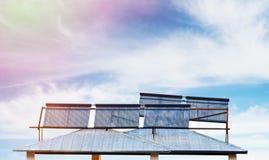 Batteries solaires sur la maison Image libre de droits