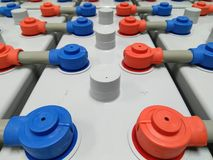 Batteriet 2000 ampere 2 volt för ups reserv- maktenergi med blått rött för skydd Royaltyfri Fotografi