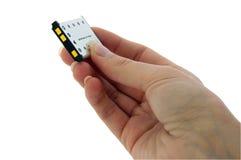 Batterij - de Batterij van de Camera - die in vingers wordt gehouden Stock Foto's