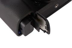 Batterij en sdxc geheugenkaart in een cameragroef royalty-vrije stock fotografie
