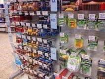 Batterijen voor verkoop in een opslag Stock Fotografie