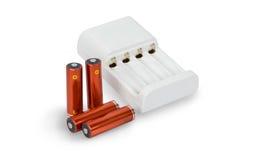 Batterijlader met geïsoleerde batterijen Stock Foto