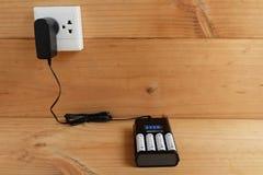 Batterijlader met navulbare batterijgrootte aa royalty-vrije stock afbeeldingen
