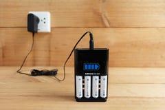 Batterijlader met navulbare batterijgrootte aa royalty-vrije stock foto