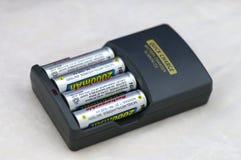batteriladdning för aa aaa Arkivbild