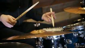 Batterista anonimo Drumming in scena stock footage