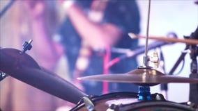 Batterista anonimo Drumming in scena 4k stock footage