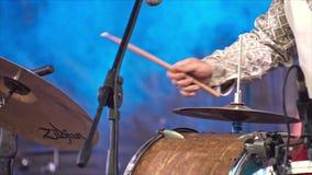 Batterista anonimo Drumming in scena 4k archivi video