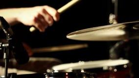 Batterista anonimo Drumming sulla fase scura, fine sulle bacchette sulla trappola, Ciao-cappello video d archivio