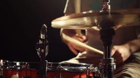 Batterista anonimo Drumming sulla fase scura, fine sulle bacchette sulla trappola, Ciao-cappello stock footage