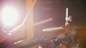 Batterista che gioca nello studio Bacchette, luce intensa stock footage