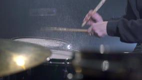 Batterista che gioca nello studio di musica moderna archivi video