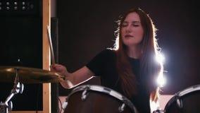 Batterista della ragazza che gioca i tamburi con i suoi occhi chiusi video d archivio