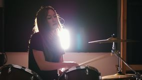 Batterista di percussione della giovane donna che esegue con i tamburi video d archivio