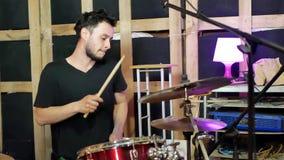 batterista dietro l'insieme del tamburo video d archivio