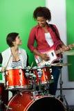 Batterista And Guitarist Performing mentre esaminando fotografia stock libera da diritti