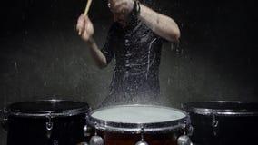 Batterista pazzo del tiro di foto nella pioggia archivi video