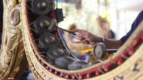 Batterista Playing Music con le bacchette sullo strumento tradizionale del tamburo del gong del metallo 4k, fine su thailand stock footage