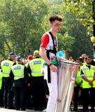 Batterista solo di carnevale di Notting Hill che cammina dietro gli ufficiali di polizia immagini stock