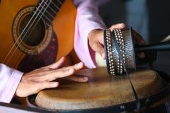 Batterista tradizionale nell'azione Fotografie Stock