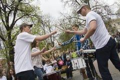 Batteristi durante il giorno del musicista della via a Vilnius Immagini Stock Libere da Diritti