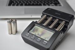 Batteriuppladdare med uppladdningsbara batterier Arkivbilder