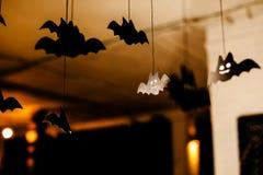 Battes de papier noires sous le plafond Fond Defocused images stock