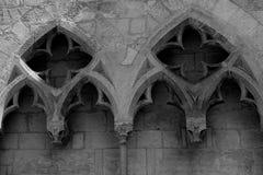 Battes en pierre stylisées sur le mur d'un temple médiéval à Gérone, Espagne photographie stock