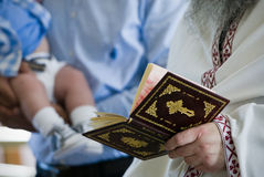 Battesimo, leggente le preghiere Immagine Stock Libera da Diritti