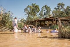 Battesimo per i pellegrini in fiume della Giordania, il posto che è beli fotografia stock