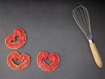 Batteur d'oeufs avec le coeur de souffle de fraise image libre de droits