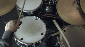 Batteur de jazz jouant aux tambours 4K Fermez-vous vers le haut du tir clips vidéos